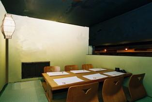 コース料理をご注文の方には、プライベートな時間に浸れる個室(6名まで)をご利用いただけます。