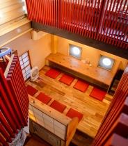 ラセン階段も印象的な赤と紺で統一された店内