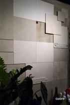 健康壁材エコカラットを使用しています。 呼吸する壁で、空気をきれいにしながら調湿もしており、自然とリラックスできます。 落ち着く空間、ほっとする空間、明るい空間…いろいろ楽しめるのが、くおーれです。 ちょっとビックリ!壁体験のアトラクション付きです。