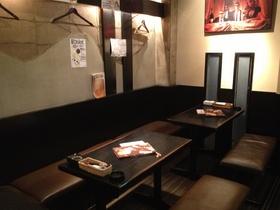 テーブル席です。  御城のような。黒と白のコントラストで落ち着く空間です。 個室にも、なります。