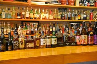 豊富なお酒がズラリと並ぶカウンター。調理風景もご覧いただけます。