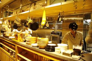 調理の様子が見えるオープンキッチンもバルのお洒落な風景の一つ♪ 心を込めて調理するスタッフももちろんお洒落!?
