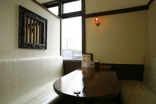 「安城里町店」の特徴でもある、ゆったりできる個室風キャビン席