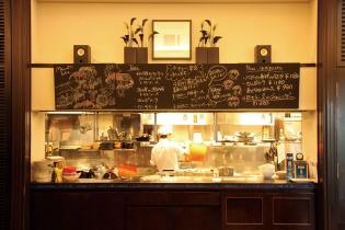 ピッツァの焼き上がりや料理を作っている姿が見える、目にも美味しいオープンキッチン