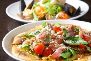 「生ハムのピザ サラダ仕立て」(1,180円税込) もちもち生地でボリュームもしっかりあるよ!