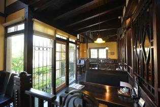 テーブル毎の空間が広く、天井も高いため、ゆったりくつろげる落ち着いた雰囲気