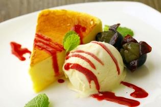 食後に自家製スイーツもどうぞ。「ティラミス」「チーズケーキ」「カタラーナ」「季節フルーツのコンポート アイスクリーム添え」など