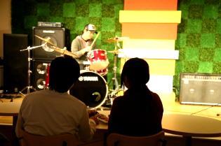 不定期開催の生ライブも楽しめます!スグ目の前で演奏されるから迫力が違います!
