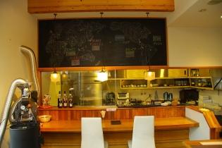 カウンター席もありお一人様も落ち着いて珈琲や食事ができるよ。