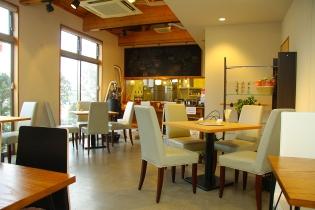 明るい雰囲気の店内は静かな時間が流れ、読書やまったりおしゃべりにぴったり。