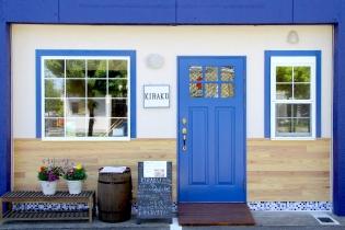 鮮やかなブルーの扉が目印です!