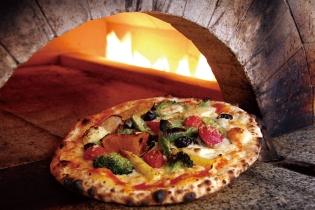 特注の石窯で作るピッツァはもちもちです!