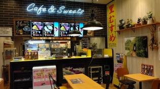 カフェスペースは広々。ワンちゃんとも来れるよ
