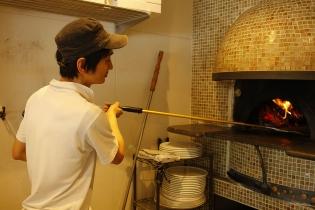 イタリアから直輸入した本場の薪窯で焼いたピッツァはもちもち食感!店内どこからでも薪窯が見えます。