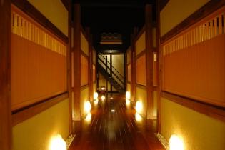 薄暗い店内は 全て完全個室だからプライベート空間は万全です。 使い方は、 お客様 次第です・・・ いい感じです!