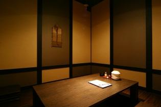 こちらのお部屋は 12〜16名様位まで収容可能な、完全個室です! 仕切りを外せば30名様位 収容可能です。 自分たち、の世界です! ご宴会に、最適です!