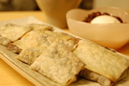 クレープのような生地と、その中でトロけるに餅とあんこの絶妙なハーモニー!鉄板焼き屋ならではの暖かいデザートです