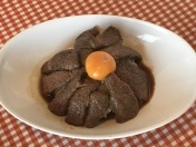 和牛ステーキ丼 和牛の霜降り肉をロースト、肉にもライスにも相性ピッタリのオリジナルソース。