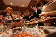 みんなで楽しく ブュッフェスタイルでお食事 好きな分だけとりわけが可能です。