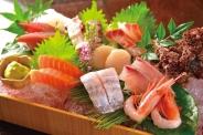 きらり自慢の天然鮮魚のお刺身盛り合わせ。他では絶対真似できない独自のルートで毎朝、福岡魚市場より仕入れております。究極の鮮度をお楽しみ下さい。