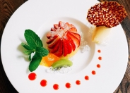 季節の果物を使ったデザート「イチゴとマンゴームースのタルト チョコレートのクルスティアン添え」
