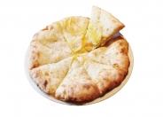 ベーコンポテトチーズナン:スパイスで炒めたポテトとベーコン入りのチーズナン