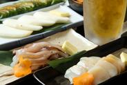 新鮮魚介類も数多くあります 焦げた醤油バターの匂いが食欲をそそります お座敷に座って目の前の鉄板で焼きたて・熱々の料理が味わえます。ボリューム満点、アツアツの鉄板料理をどうぞお召し上がり下さい