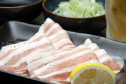 隠れた人気メニューなのにリピート&お替わり率NO.1の鉄板豚しゃぶしゃぶ。鉄板でサッと焼いた豚肉に、ネギを包んでポン酢をつけて召し上がる!鉄板なのでお肉の旨みを逃がさずご堪能頂けます。