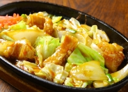 「プリプリ和牛ホルモンの鉄板焼」 ヘルシーなホルモンとたっぷり野菜の旨辛料理