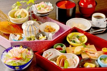 「花ごよみ弁当」がリニューアル! 50品目以上を使用しており、健康志向の方やちょっとずつ色々なものを食べたい方にオススメ◎