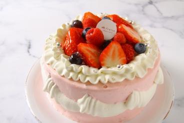 お誕生日ケーキ。写真は「スペシャルデコレーション」 ご予約は店頭、お電話にて承ります。