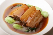 豚肉の角煮 脂身の少ない豚バラ肉を厳選して、4日間かけて仕込みました。