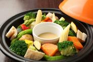 タジン鍋で彩り野菜のバーニャカウダー