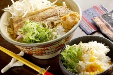 「辛味噌ソーキそば」780円(税別) 沖縄料理でもまだ見かけない辛味噌を使ったソーキそば。出汁も魚粉を使い濃厚!追い飯100円(税別)で二倍楽しめます!