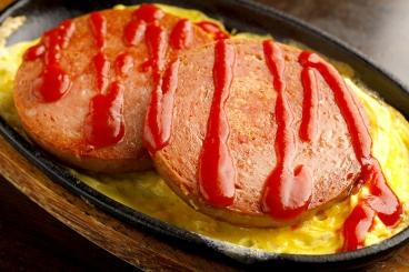 「あつあつ鉄板ポーク玉子」580円(税別) ぱやおのポークは、スパムではなくチューリップ。分厚い2枚のポークでお腹いっぱい!