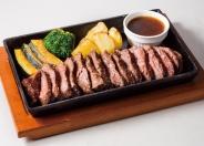 人気の「牛サガリの鉄板焼き」レギュラー1,290円、ハーフ690円(税別)