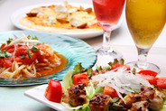 お二人セット¥3000(税抜き)サラダ、ピザ又はチーズフォンデュ、パスタ、ドリンクのセットです。