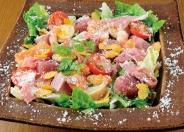 ひと皿で肉、魚介いろいろ味わえる「メリメロサラダ」