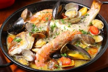 お魚1匹丸ごとアクアパッツァ2,180円(税別) ※数量限定、提供まで少しお時間を頂きます