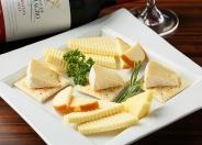 お酒に合うおつまみも充実「チーズ盛り合わせ」900円