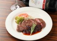 ミディアムレアに焼き上げた「アンガス牛のステーキ」はお肉好きも納得の逸品