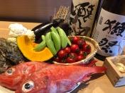 ランチの一番人気「寿」 本日のおかず(2品)、鉢魚、揚げ物、茶碗蒸し、サラダ、寿司(6貫)、赤出し、デザート