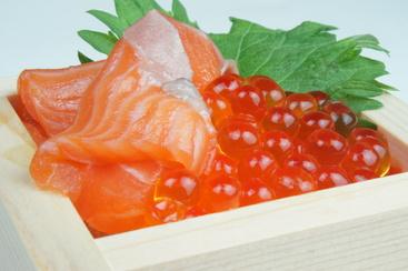 〆はこれ!「サーモンといくらの升寿司」