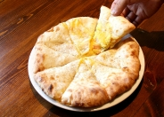 大人気チーズナン新シリーズ続々登場中!写真は「ベーコンポテトチーズナン」
