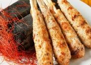 【幻の黒豚手こねつくね串】 一つ一つ職人の手作り!幻の威厳はここにあり!  ジューシーな肉に、程よい脂、数種類のハーブとスパイス!備長炭で焼き上げる!