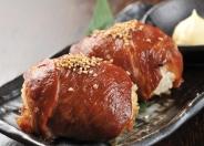 【肉巻きおにぎり】 黒豚の肩ロースをタレに漬け込み、おにぎりを包みオーブンで焼き上げた一品!  老若男女問わず人気を集めています! 〆には最適♪♪