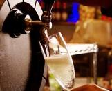 刈谷初の樽生スパークリングワイン。味わいはワインをメインに扱うバルハチならではの本格派。