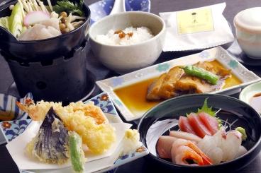 会席(3,500円〜・税別・要予約) 刺身・焼き物・炊合せ・蒸し物・揚げ物など *昼夜どちらもOK *内容は季節や仕入れにより異なります