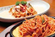 手前)ピリピリオムレットスパゲティー 奥)トマトソースのスパゲティー ホワイトソースがけ
