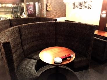 カップルや女子会で大人気の半円ソファー席!座り心地も良く、背もたれが高くて周りも気にならない!店内に2席しかない特別席です。リニューアルした女子会コースでごゆっくりと!